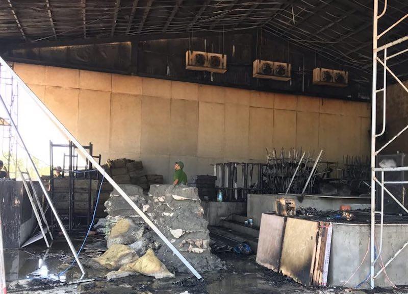 Cháy quán bar đang thi công, hàng chục công nhân tháo chạy - ảnh 2