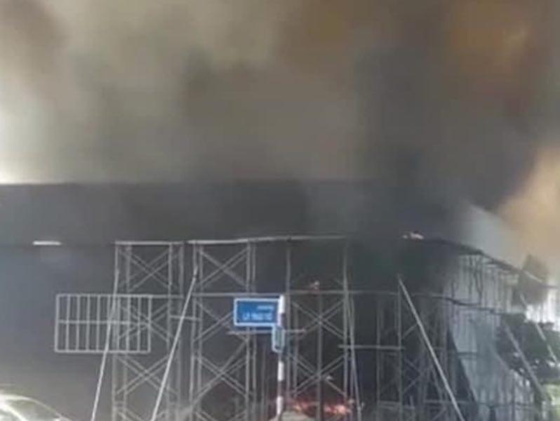Cháy quán bar đang thi công, hàng chục công nhân tháo chạy - ảnh 1