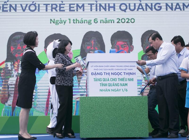 Phó Chủ tịch nước tặng quà cho thiếu nhi Quảng Nam - ảnh 1