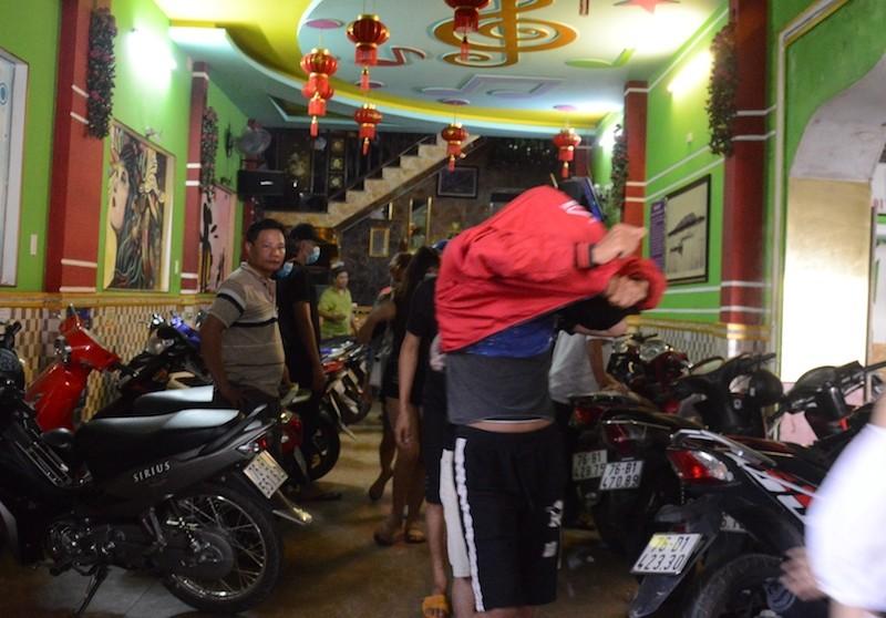 68 người dương tính ma tuý trong quán karaoke ở Quảng Ngãi - ảnh 1