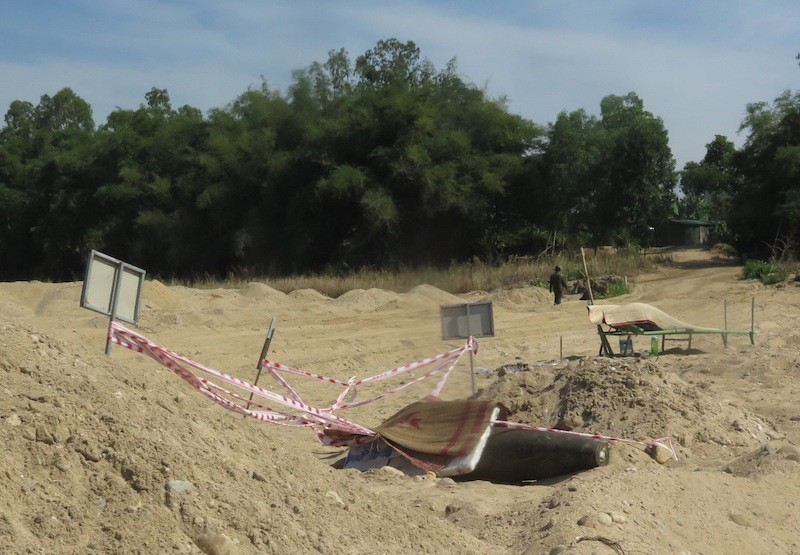Quả bom nặng 226kg ở nằm dưới bãi cát Quảng Ngãi - ảnh 2