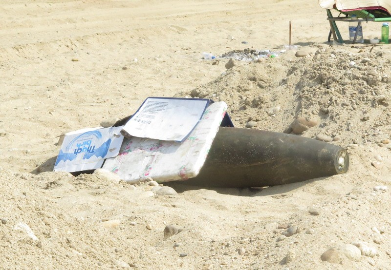 Quả bom nặng 226kg ở nằm dưới bãi cát Quảng Ngãi - ảnh 1