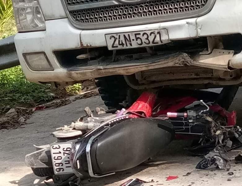 2 người đi xe máy tử vong sau khi va chạm xe tải - ảnh 2