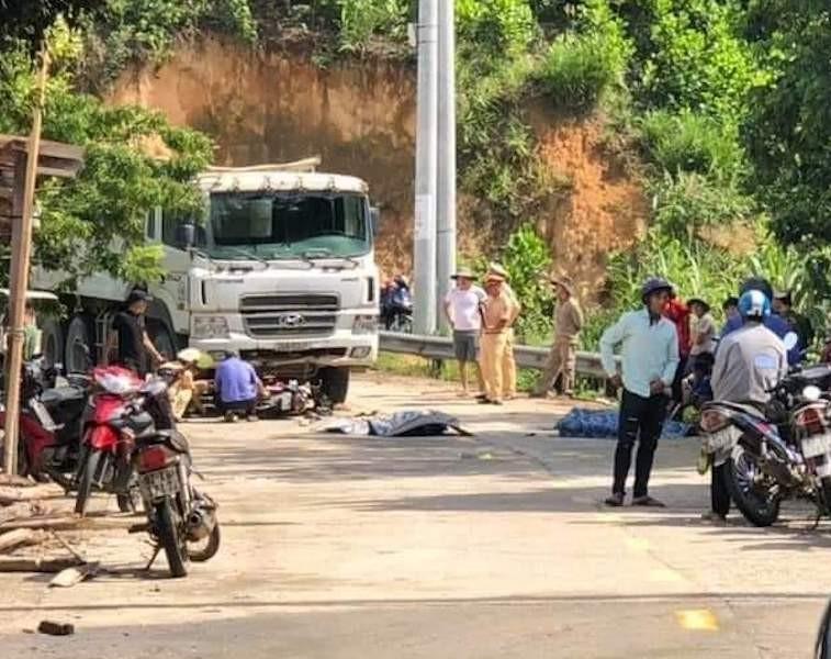 2 người đi xe máy tử vong sau khi va chạm xe tải - ảnh 1
