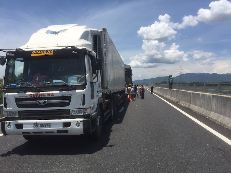 Ô tô tải tông xe đầu kéo trên cao tốc Đà Nẵng - Quảng Ngãi - ảnh 1