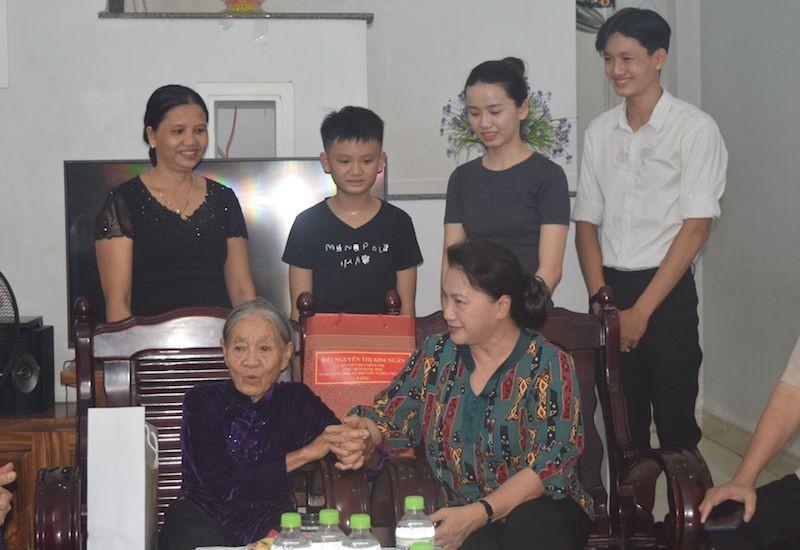 Chủ tịch Quốc hội thăm gia đình chính sách ở Quảng Nam - ảnh 1