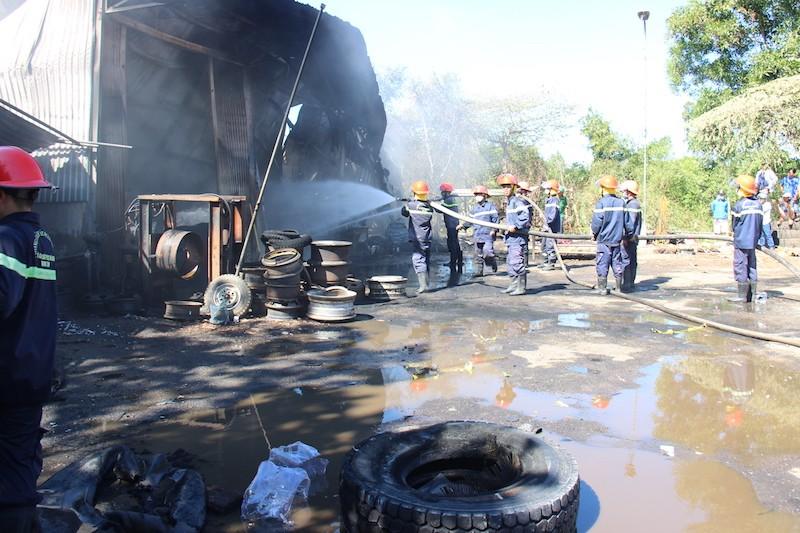 Cháy cơ sở lốp ô tô, khói đen bao trùm ra đường - ảnh 2