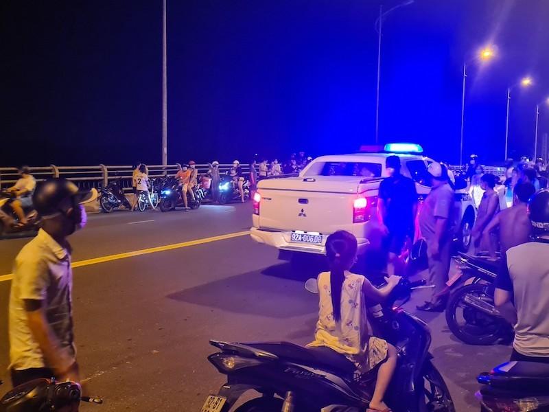 Quảng Nam: Hàng trăm người tập trung xem tìm người nhảy cầu - ảnh 1