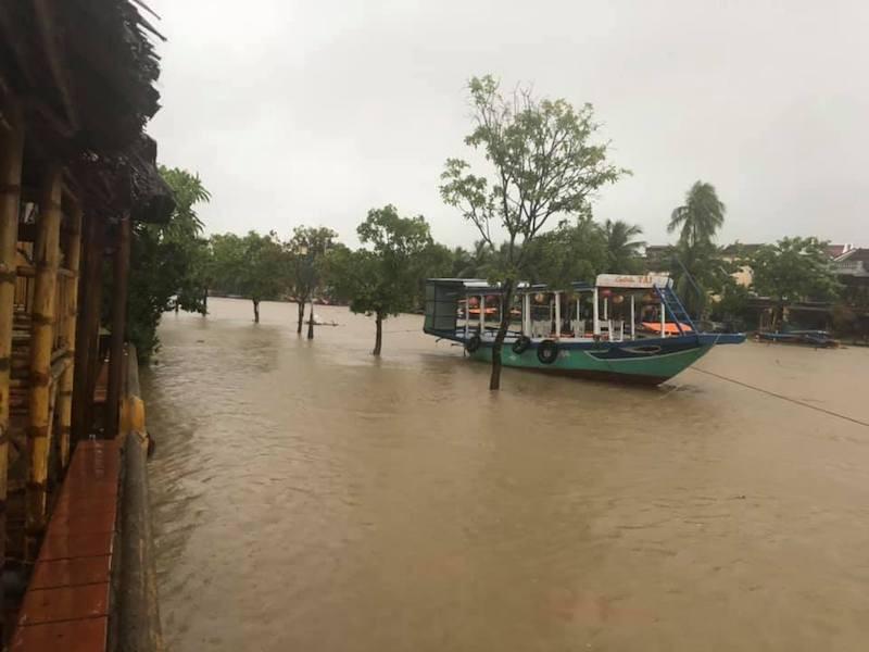 Quảng Nam: Nhiều nơi bị chia cắt vì sạt lở, ngập lụt  - ảnh 2