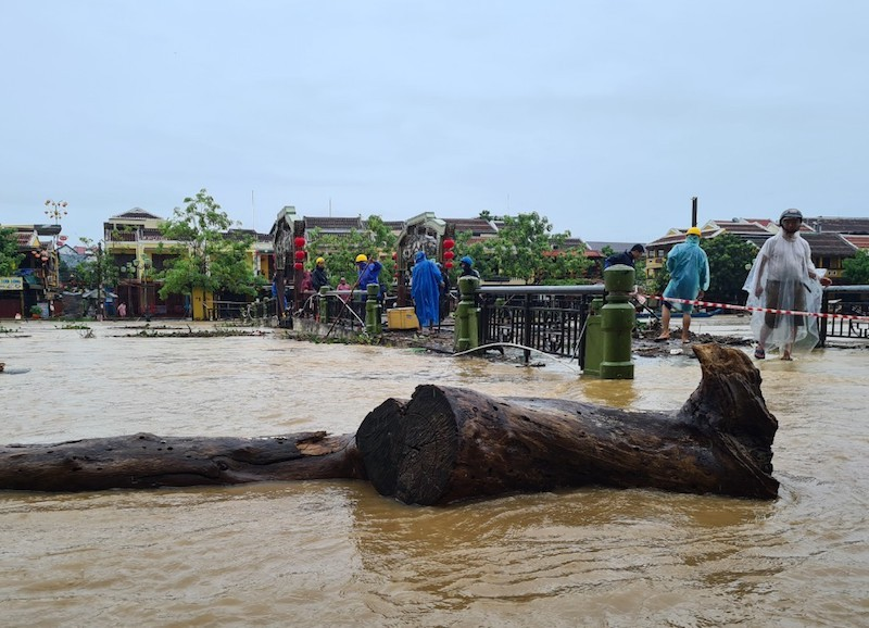 Chùm ảnh: Nước tràn phố cổ, Hội An túc trực chống lũ - ảnh 5