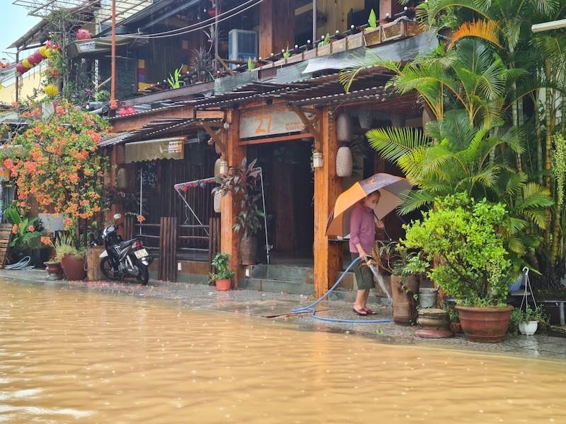 Chùm ảnh: Nước tràn phố cổ, Hội An túc trực chống lũ - ảnh 12