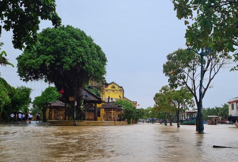 Chùm ảnh: Nước tràn phố cổ, Hội An túc trực chống lũ - ảnh 3