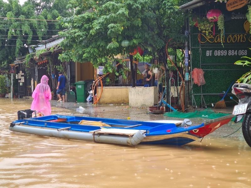Chùm ảnh: Nước tràn phố cổ, Hội An túc trực chống lũ - ảnh 8