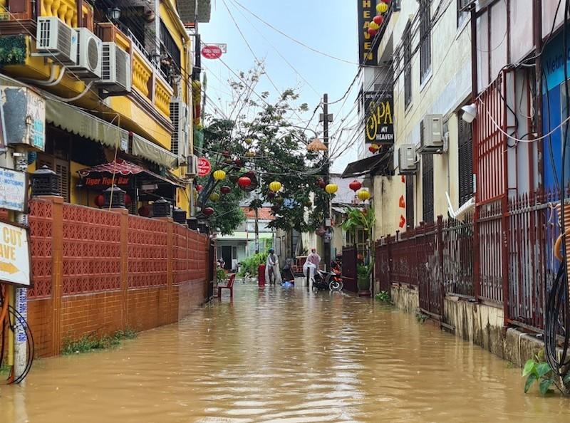 Chùm ảnh: Nước tràn phố cổ, Hội An túc trực chống lũ - ảnh 10