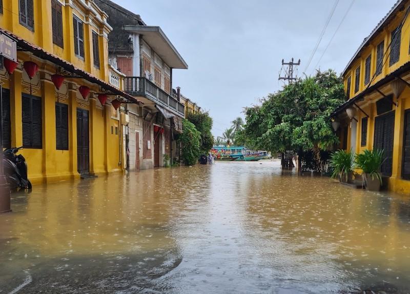 Chùm ảnh: Nước tràn phố cổ, Hội An túc trực chống lũ - ảnh 11