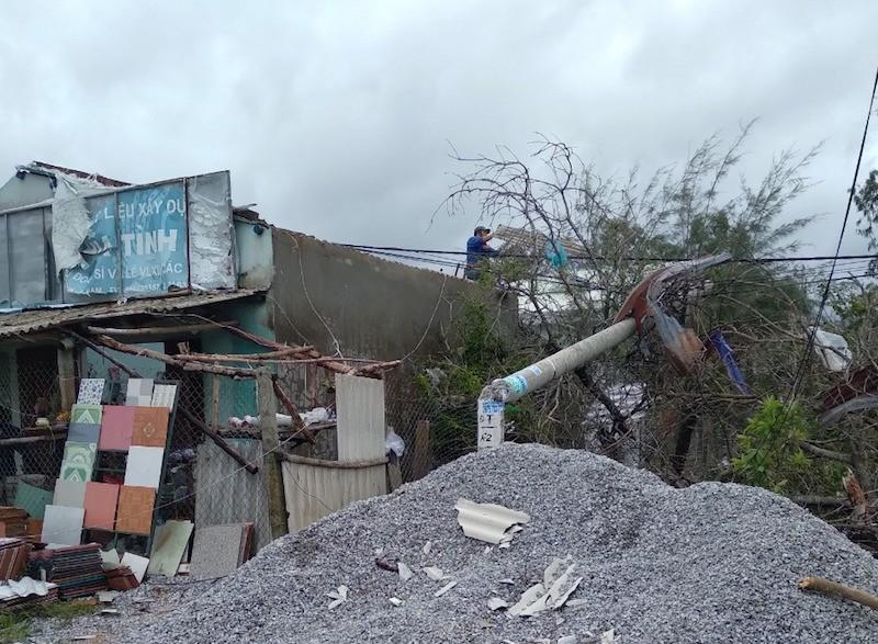 Quảng Nam: Lốc xoáy làm hư hỏng 20 ngôi nhà, cột điện ngã... - ảnh 1