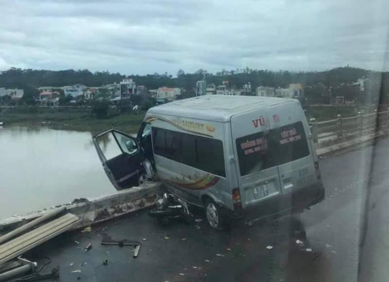 Tai nạn liên hoàn, xe khách suýt rơi xuống cầu Trà Khúc - ảnh 1