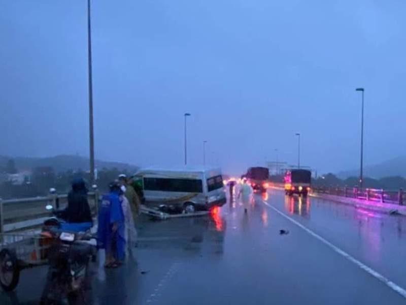 Tai nạn liên hoàn, xe khách suýt rơi xuống cầu Trà Khúc - ảnh 2
