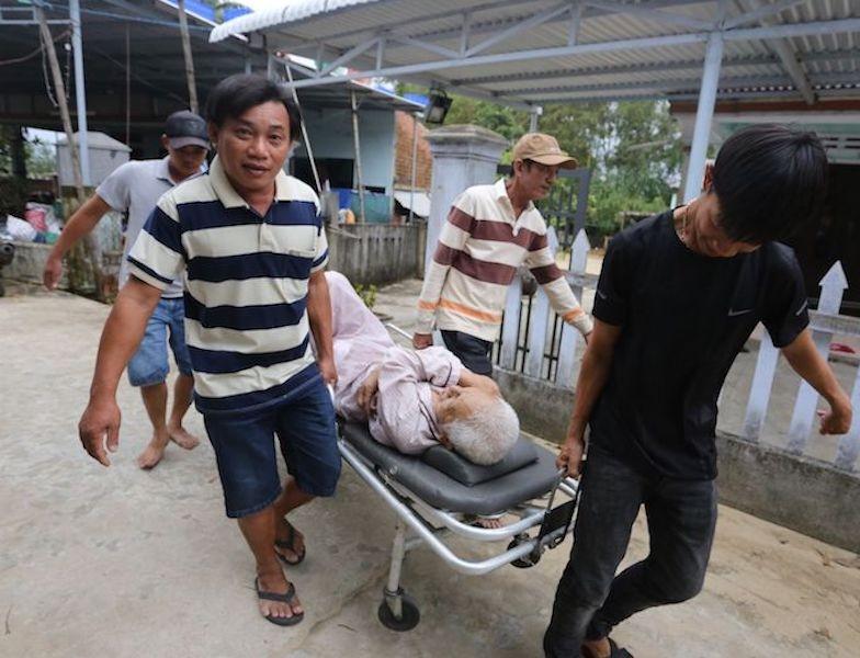 Quảng Nam sơ tán hàng ngàn người, có xe cứu thương hỗ trợ - ảnh 8