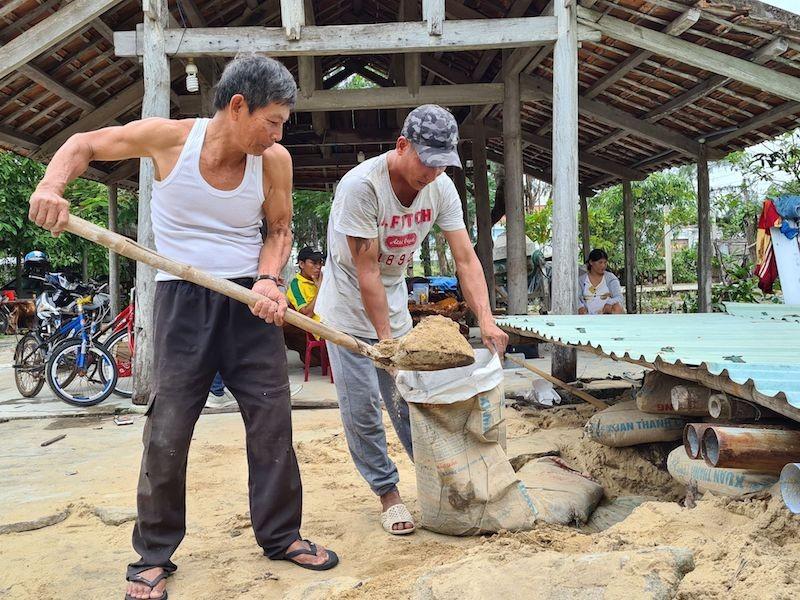 Quảng Nam: Người dân làm hầm tránh bão số 9 - ảnh 1
