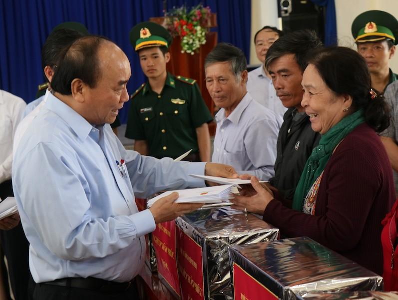 Thủ tướng thăm hỏi nạn nhân vụ sạt lở Trà Leng - ảnh 2