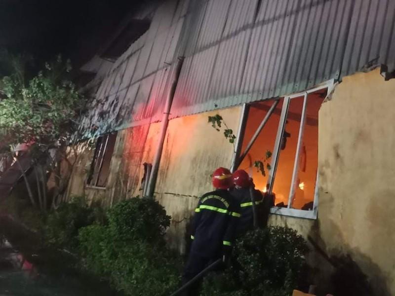 Cháy lớn tại 1 nhà kho ở Khu công nghiệp Phú Bài - ảnh 2