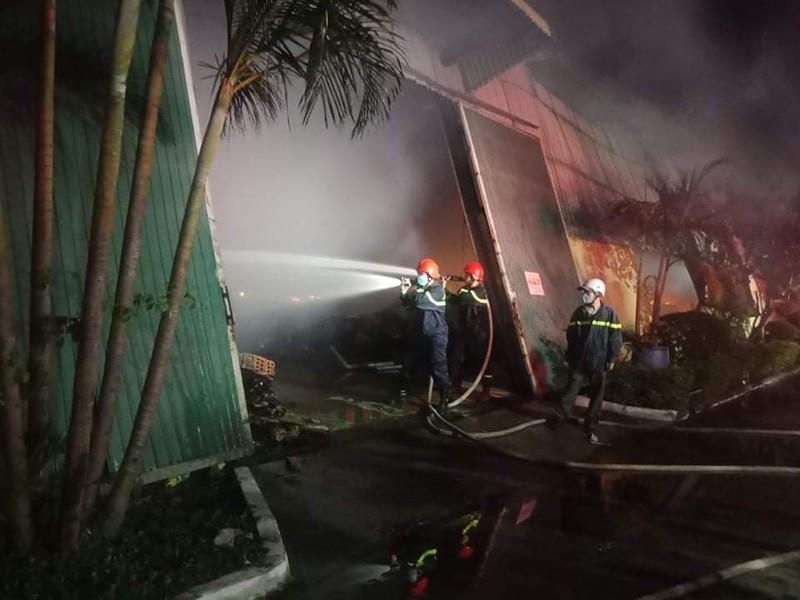 Cháy lớn tại 1 nhà kho ở Khu công nghiệp Phú Bài - ảnh 1