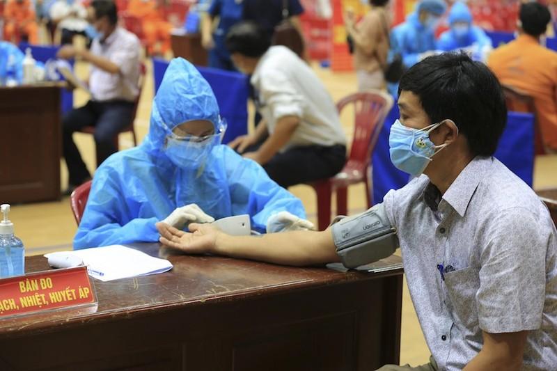 Quảng Ngãi: Xem xét cho người tiêm 2 mũi vaccine qua 14 ngày được ra đường - ảnh 1