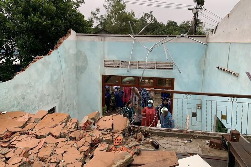 Lốc xoáy do bão gây ra tàn phá 20 nhà của người dân Quảng Nam, Quảng Ngãi - ảnh 4