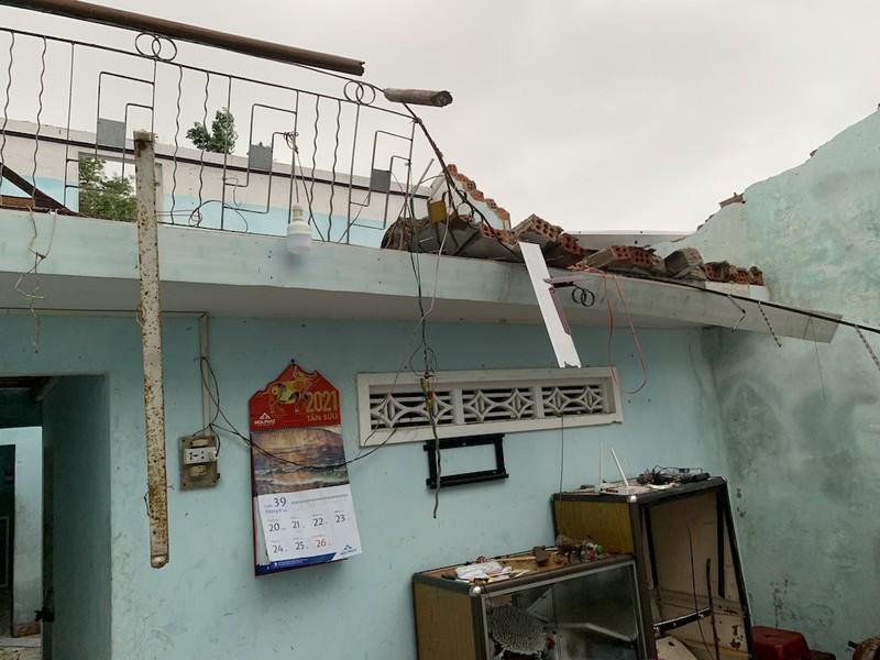 Lốc xoáy do bão gây ra tàn phá 20 nhà của người dân Quảng Nam, Quảng Ngãi - ảnh 6