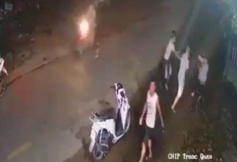 Công an thông tin clip nhóm dùng hung khí đánh 1 thanh niên gục xuống đường - ảnh 1