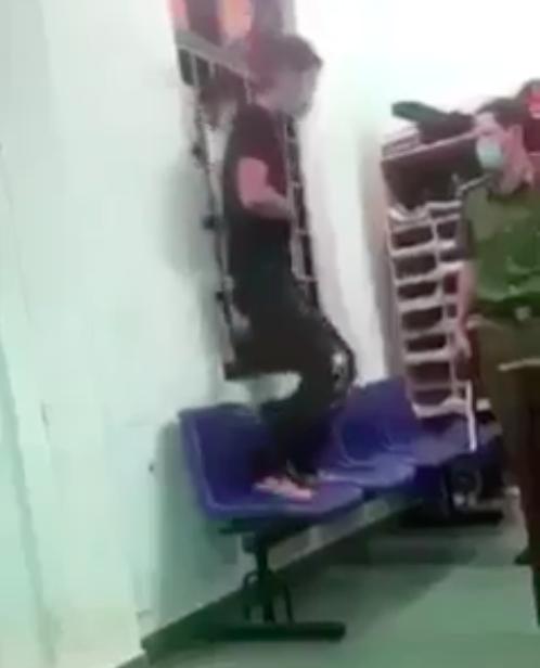 Tạm đình chỉ công tác công an dí roi điện vào người bị còng - ảnh 1