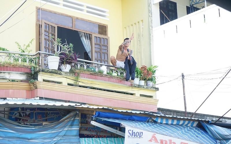 Thanh niên 'ngáo đá' gây náo loạn khu chợ Thương Mại ở Quảng Nam - ảnh 2