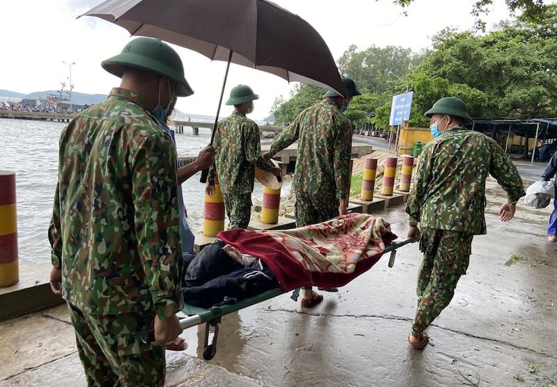 Tàu SAR 247 vượt sóng đưa người từ Cù Lao Chàm vào đất liền cấp cứu - ảnh 1