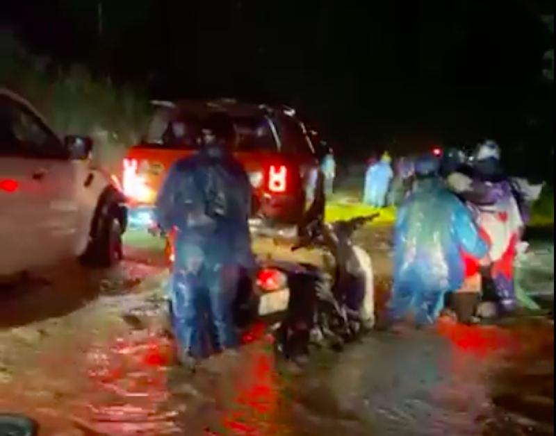 Xúc động cảnh người về quê được CSGT, tình nguyện viên giúp đẩy xe qua lũ - ảnh 3