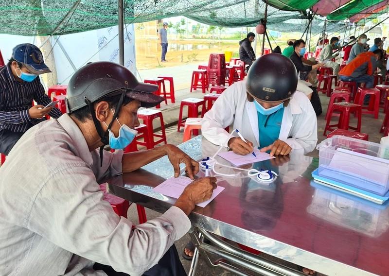 Hàng trăm người chờ lấy mẫu xét nghiệm COVID khi vào TP Đà Nẵng - ảnh 2