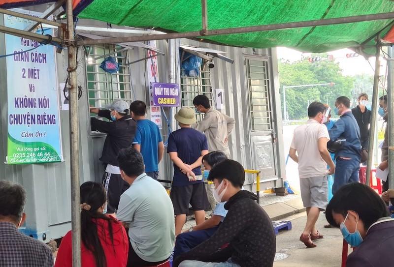 Hàng trăm người chờ lấy mẫu xét nghiệm COVID khi vào TP Đà Nẵng - ảnh 1