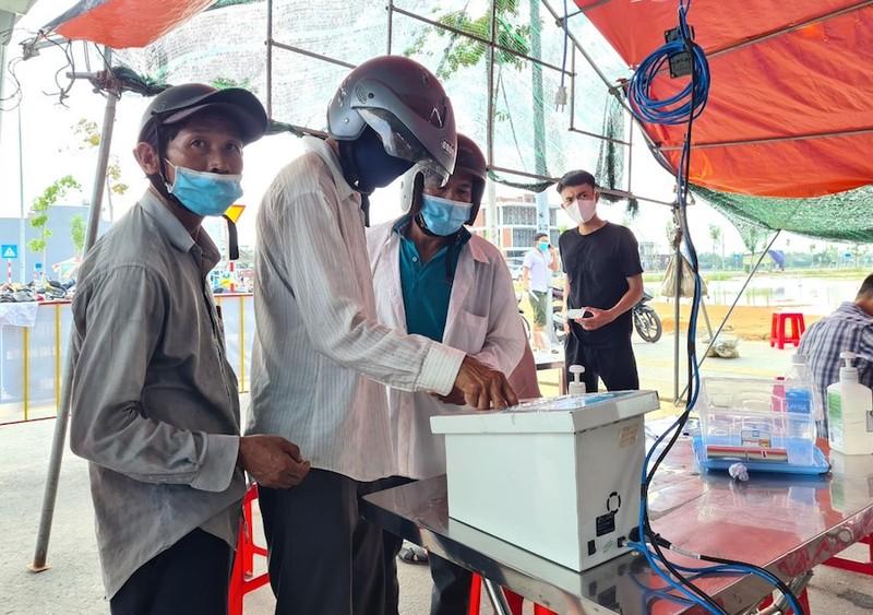 Hàng trăm người chờ lấy mẫu xét nghiệm COVID khi vào TP Đà Nẵng - ảnh 4