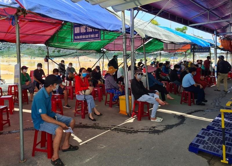 Hàng trăm người chờ lấy mẫu xét nghiệm COVID khi vào TP Đà Nẵng - ảnh 3