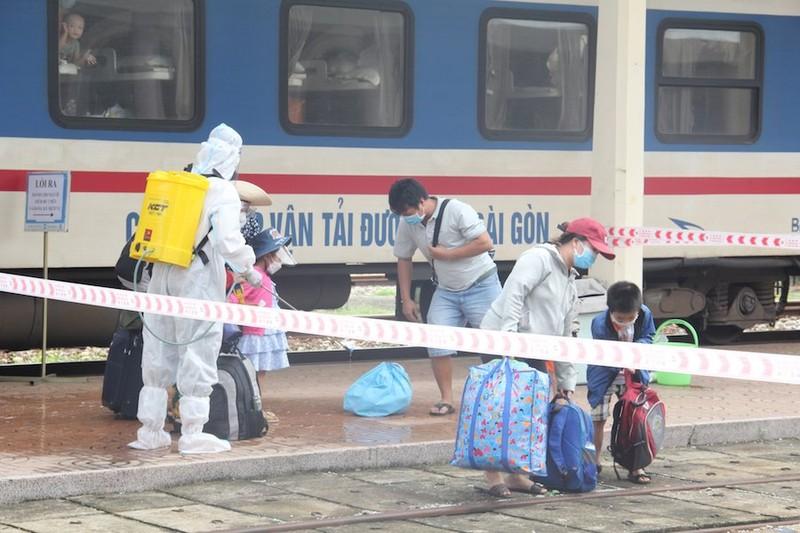 Huế tiếp tục đón 600 người về quê tránh dịch bằng tàu hỏa - ảnh 2