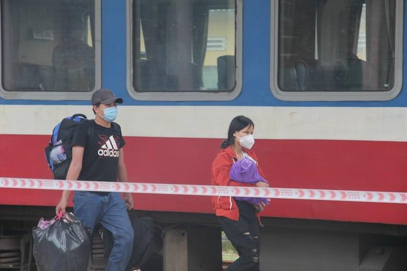 Huế tiếp tục đón 600 người về quê tránh dịch bằng tàu hỏa - ảnh 1