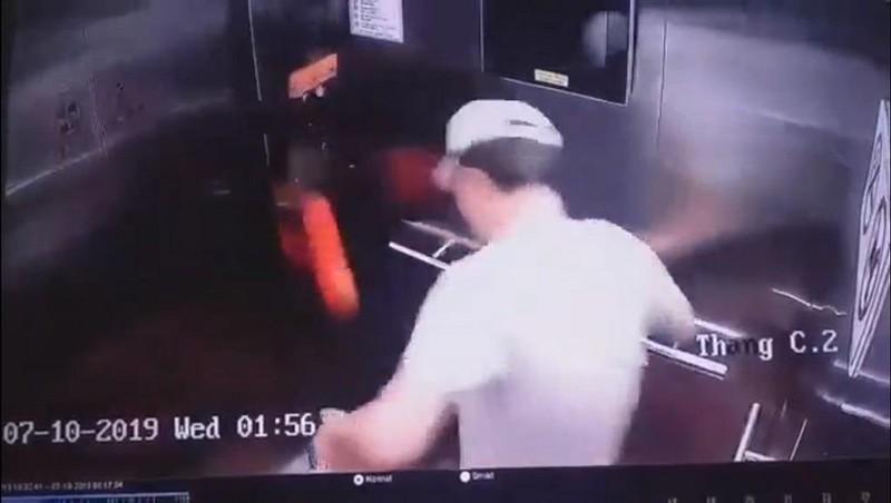 Nam thanh niên Hàn Quốc đá hư thang máy ở TP.HCM, xử lý sao? - ảnh 1