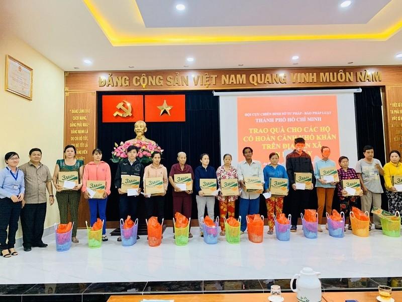 Báo Pháp Luật TP.HCM chung tay tặng quà tết cho người nghèo - ảnh 1