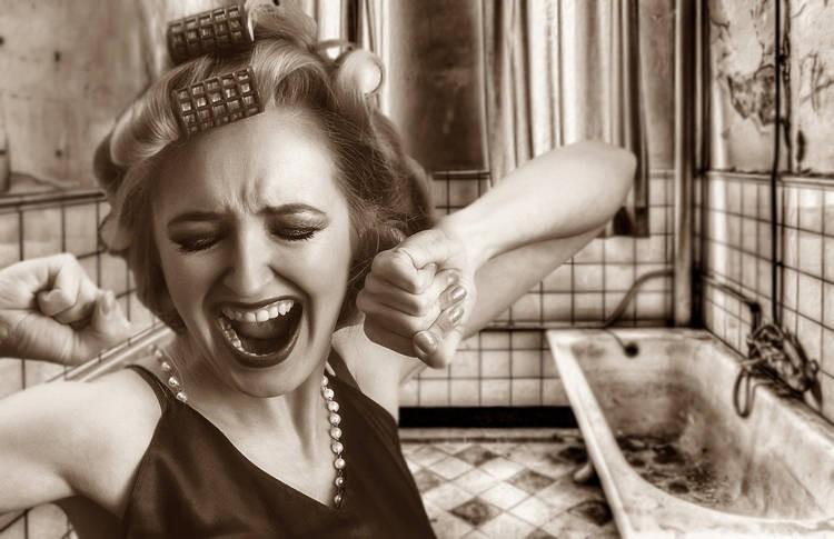 Chồng nhốt vợ trong phòng tắm vì nghi dính COVID-19 - ảnh 1