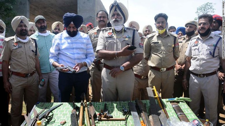 Ấn Độ: Cảnh sát bị chém đứt bàn tay khi thực thi phong tỏa  - ảnh 1