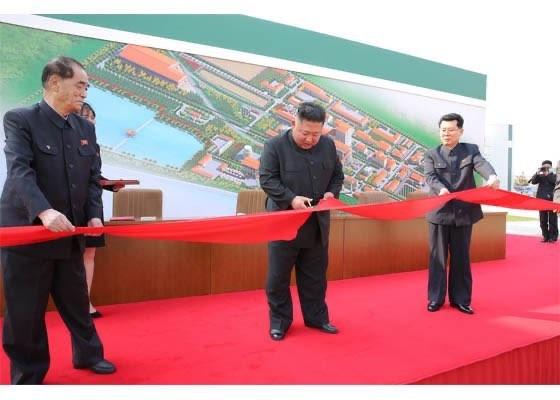 Chùm ảnh: Ông Kim Jong-un lần đầu tái xuất sau 20 ngày - ảnh 2