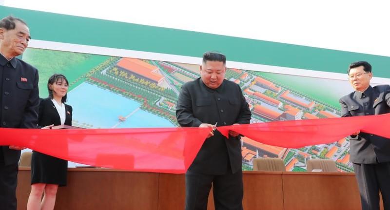 Chùm ảnh: Ông Kim Jong-un lần đầu tái xuất sau 20 ngày - ảnh 3