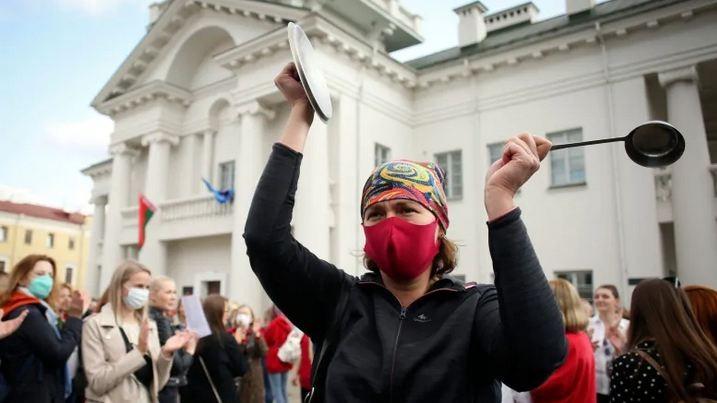 10.000 phụ nữ khua xoong, nồi đòi Tổng thống Belarus từ chức - ảnh 1