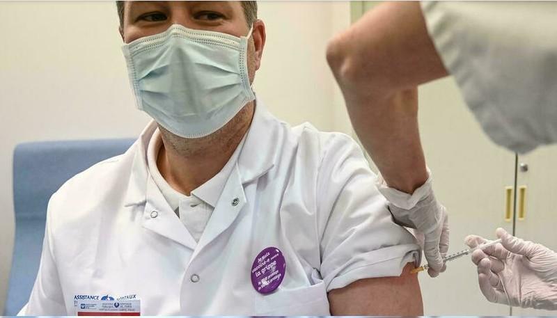 Pháp: 3.000 nhân viên y tế phải nghỉ việc do không tiêm vaccine - ảnh 1