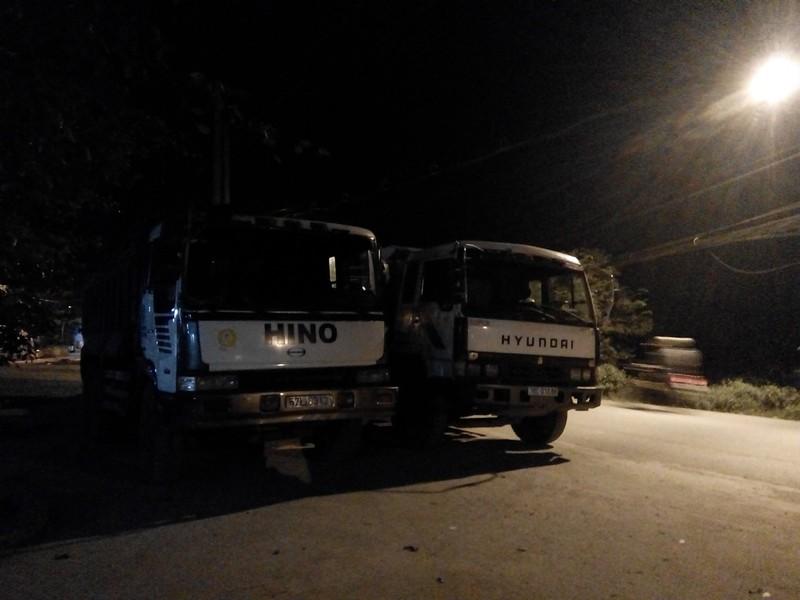 Cảnh sát môi trường bắt nhiều xe đổ bùn thải trong đêm - ảnh 3